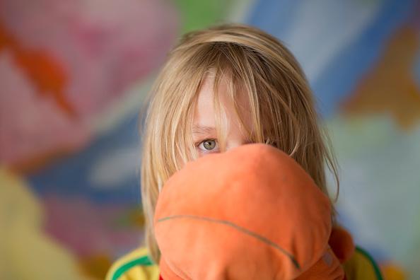 дете с плюшена играчка