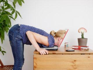 жена компютър лаптоп стрес работа бюро