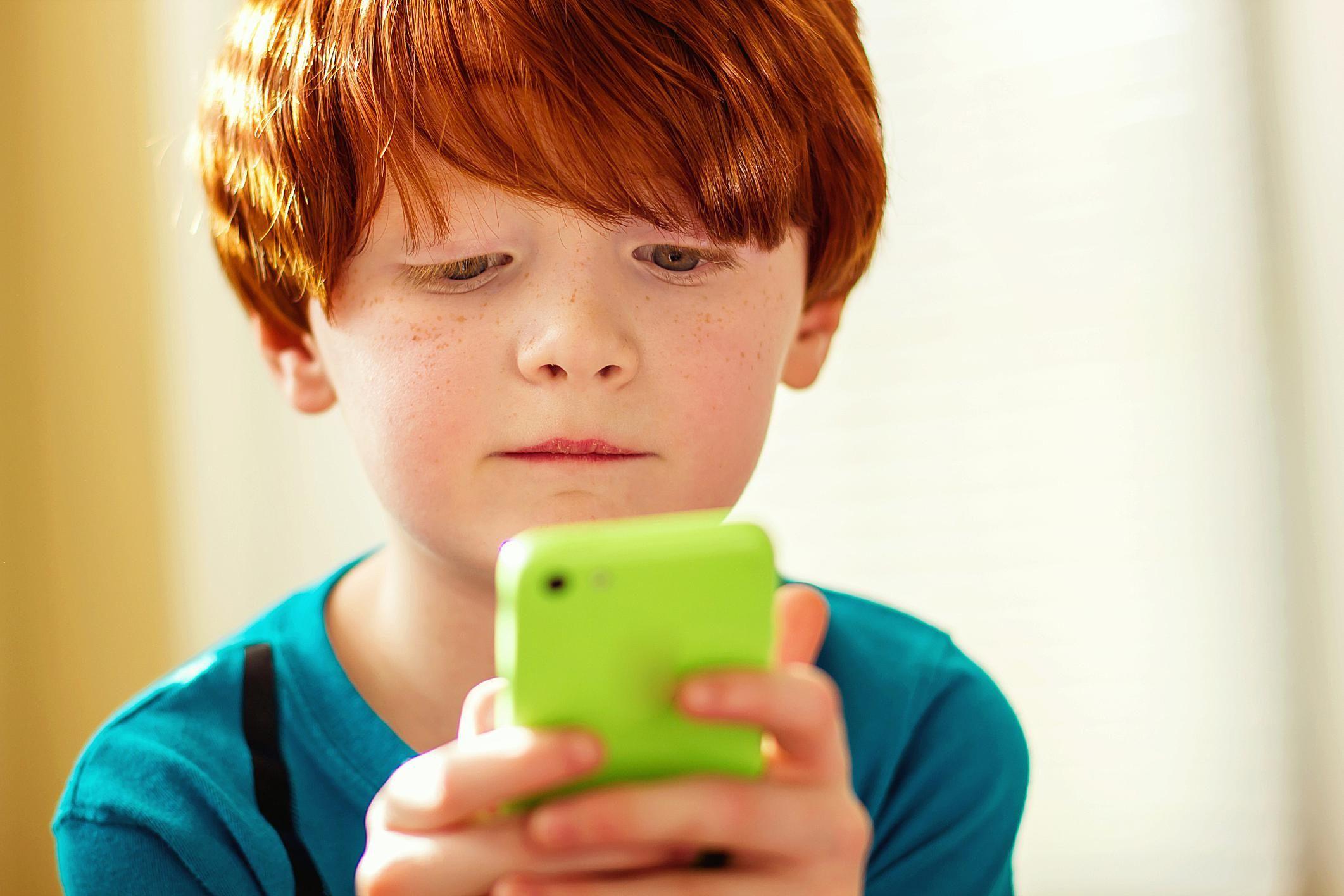 дете, телефон