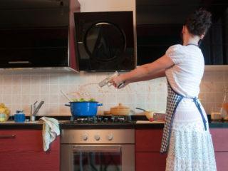 домакиня кухня манджа яд ядосана жена котлон пистолет