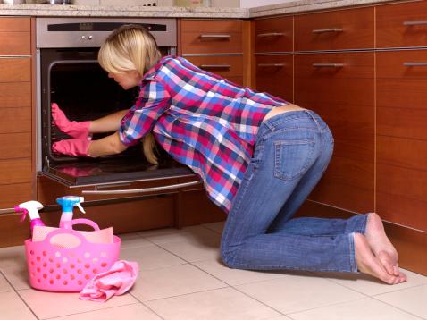 Кухня фурна чистене почистване домакиня готвене