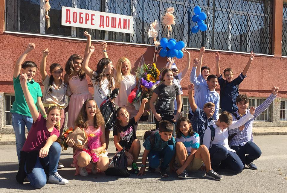 Правда Найденова заедно с нейния клас на откриването на новата учебна година
