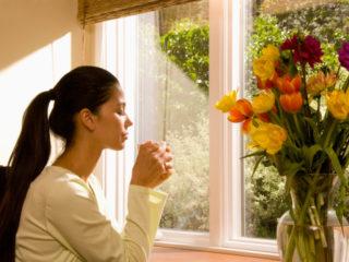 цветя ваза лалета жена почивка релакс чай депресия мисли