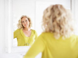 жена огледало красота блондинка отражение козметика красота