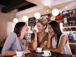 приятелки приятелство жени бар забавление свободно време