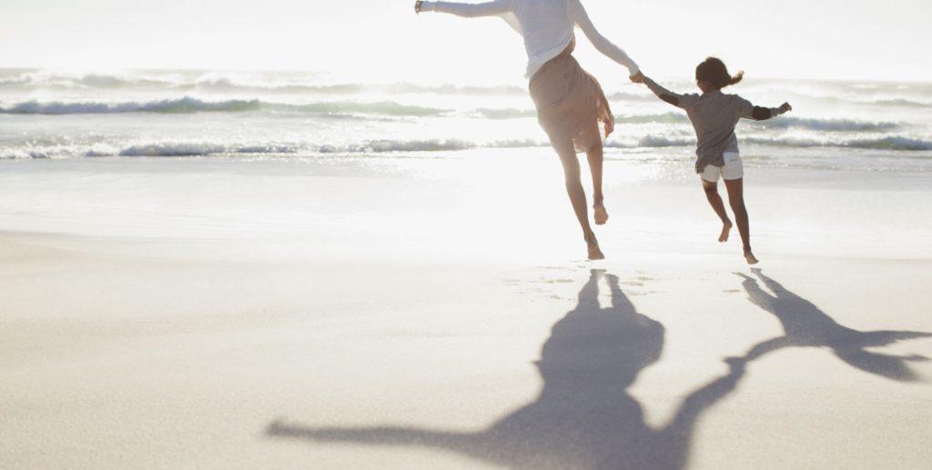 майка и дъщеря, плаж