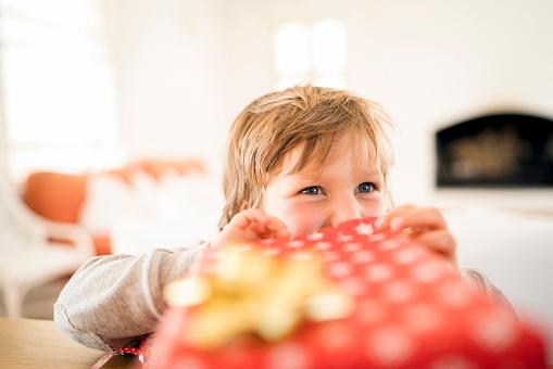 дете подарък Коледа радост