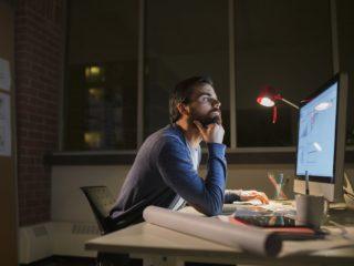 мъж на компютър