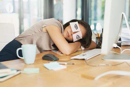 почивка умора офис бюро стрес бизнес дама дрямка