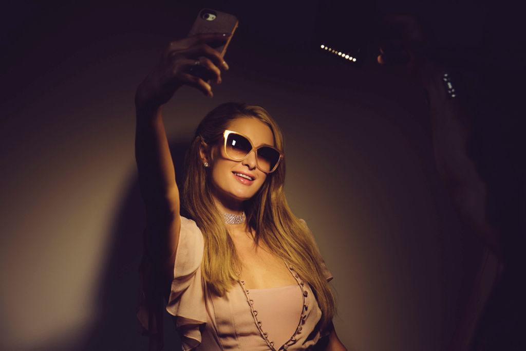 Парис Хилтън селфи смартфон слънчеви очила