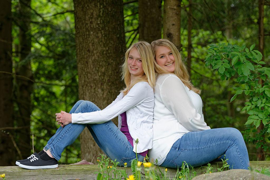 zwei junge blonde Frauen, Kontrast, dick und dünn, Oberbayern, Bayern, Deutschland,