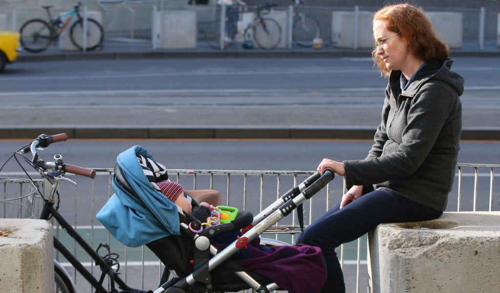 майка дете бебе количка самота родител улица депресия
