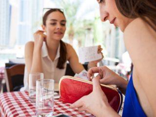 ресторант сметка приятелство пари щедрост
