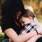 тъжна майка с дете