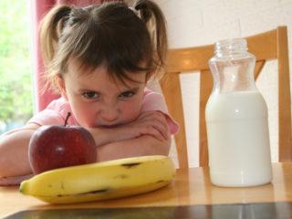 дете се цупи на храната, не иска да яде