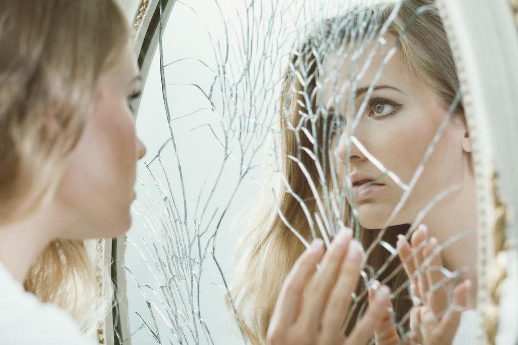 момиче, огледало, ниско самочувствие