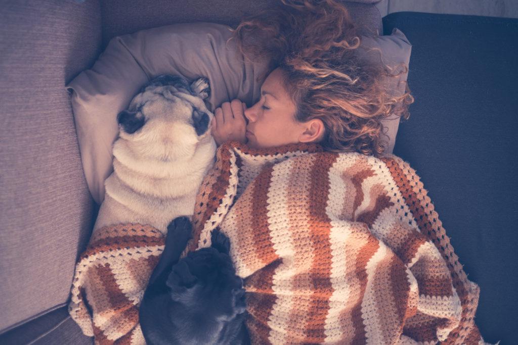 жена с куче, сингъл, необвързана