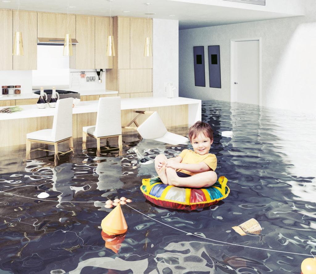 наводнение, малко дете