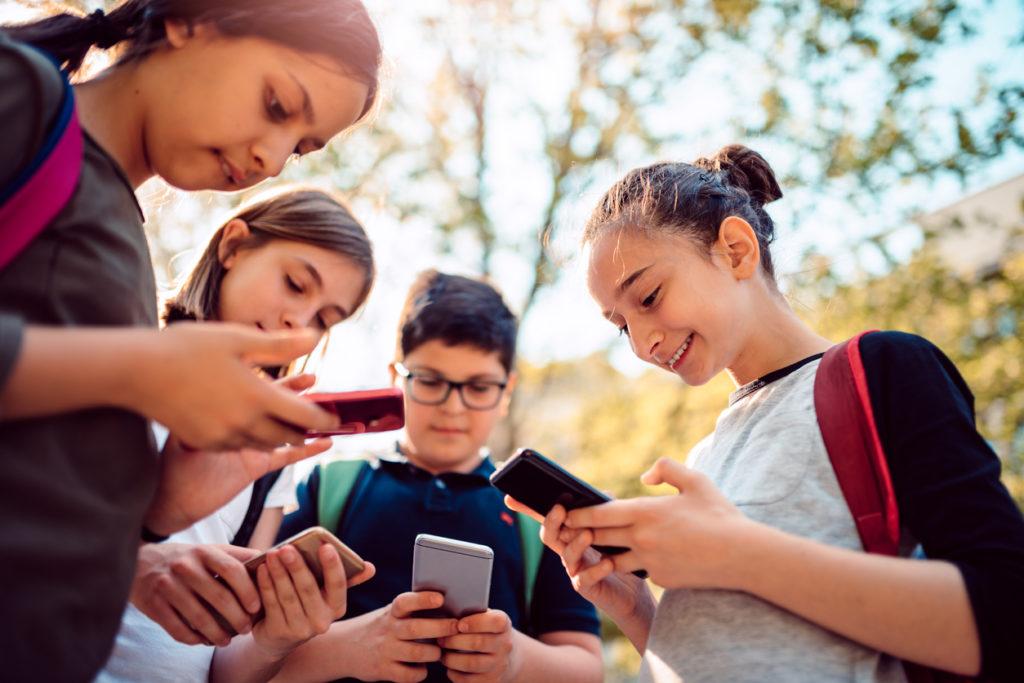 деца, смартфони