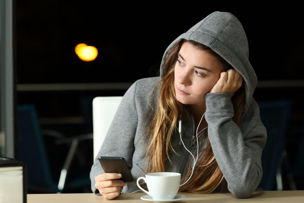 тийнейджърка, ученичка, смартфон, кафе, слушане на музика