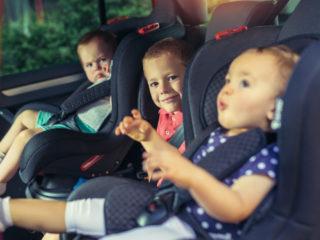 три деца, деца в колата, кола, деца