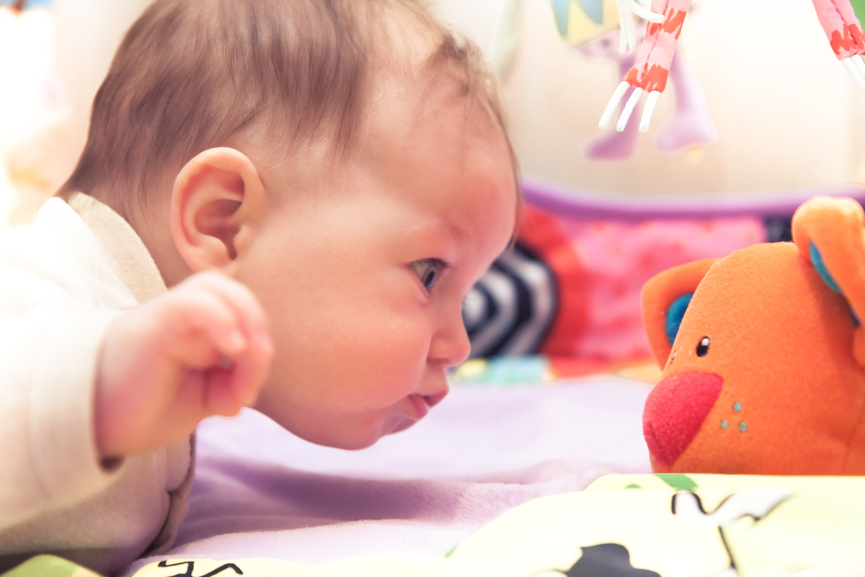 бебе с играчка