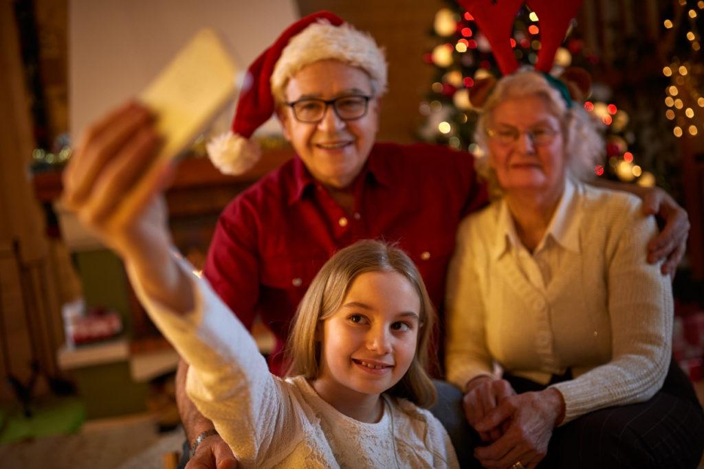 дете, момиченце, смартфон, баба и дядо