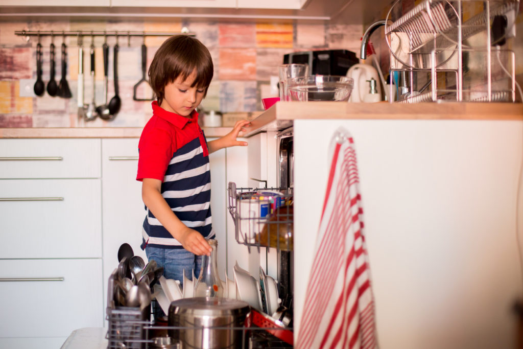 дете, миене на чинии, домакинство
