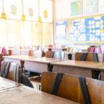 училище, класна стая, столове, ученици