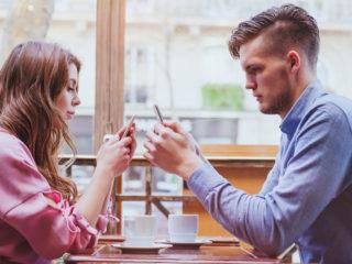 двойка, интернет зависимост, смартфон, среща, скука, отегчение, проверяване на телефона, интернет, онлайн, запознанство, свалка