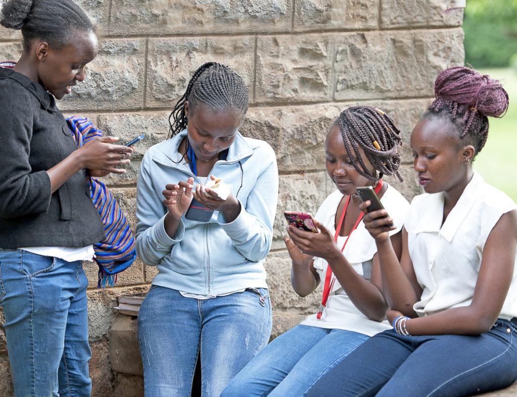 африкански момичета, кения, момичета, смартфони,
