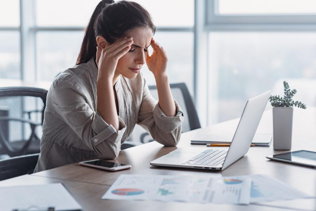 главоболие, замайване, бременност, преумора, работа, жена на работа, стрес