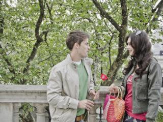 среща, подаряване на цвете, цвете, мъж и жена, романтика