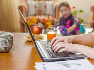 работа от вкъщи, майка работеща от вкъщи, лаптоп, дете