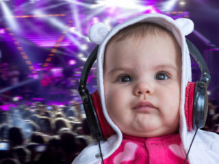 Baby girl listening to music surrounded with musical notes, бебе, музика, дете, пеене, слушалки