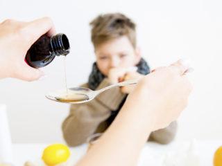 момче, грип, болест, болно дете, грип, лекарства, лекуване, у дома, майка и син, грижа