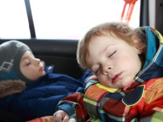 деца, спане, кола