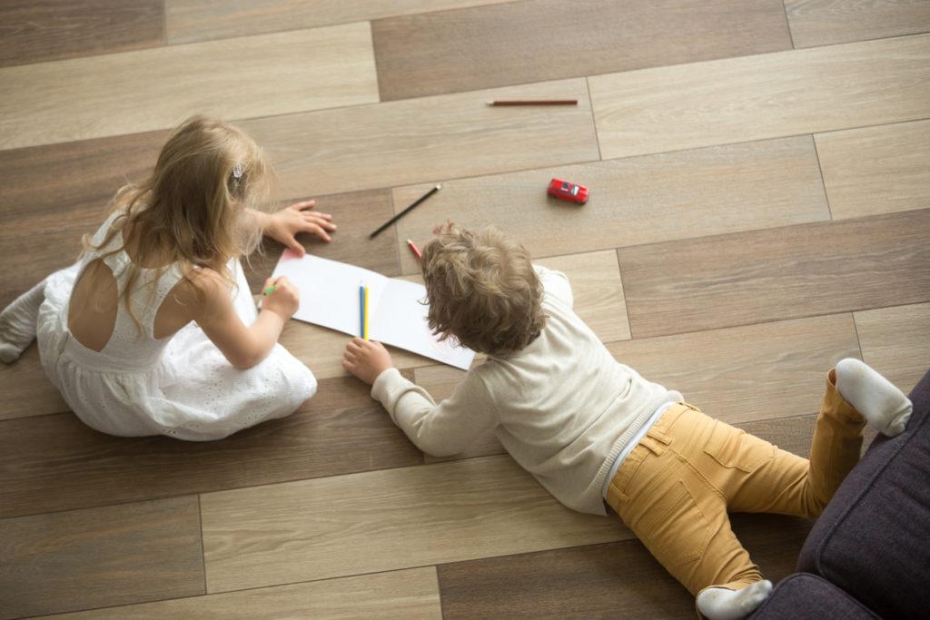 деца играят, детски игри, лист, хартия, молив, рисуване