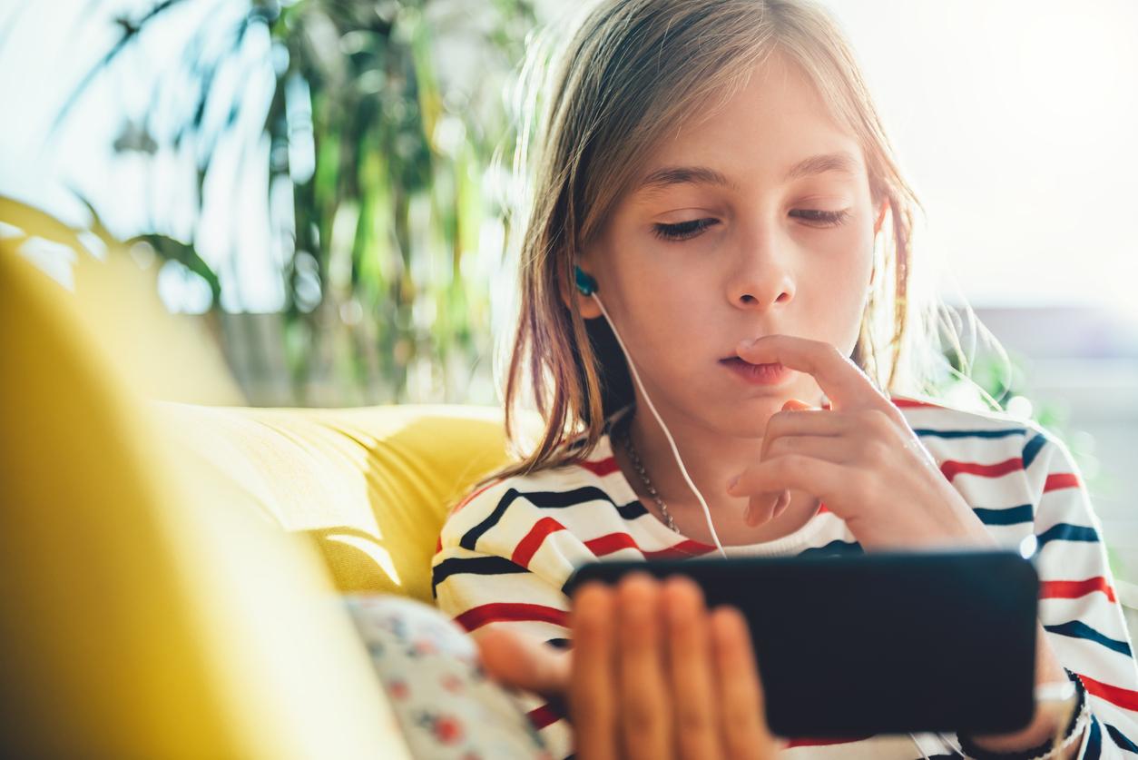 дете, момиченце, интернет, таблет, лаптоп, насилие в интернет, интернет безопасност
