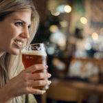Жена, бира, пиене бира iStock