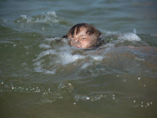 the danger that the child plays under water without supervision of an adult, it covers the waves, sinks